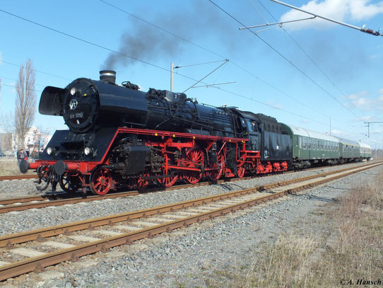 Hier ist 03 1010 im Bahnhof Freiberg zu sehen, wo die beiden Züge für die Rückfahrt nach Dresden wieder vereint wurden