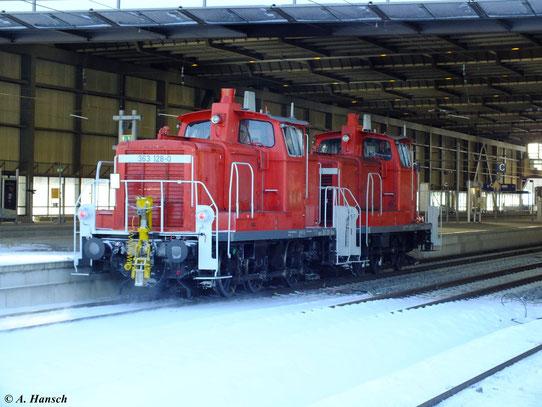 Am Haken von 363 625-5 fährt 363 128-0 am 7. Dezember 2012 durch Chemnitz Hbf.