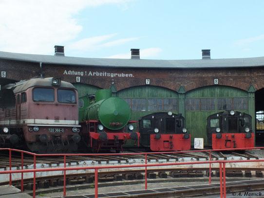 Am 2. Juni 2012 reihe sich auch eine Dampfspeicherlok vorm Lokschuppen im Bw Staßfurt ein