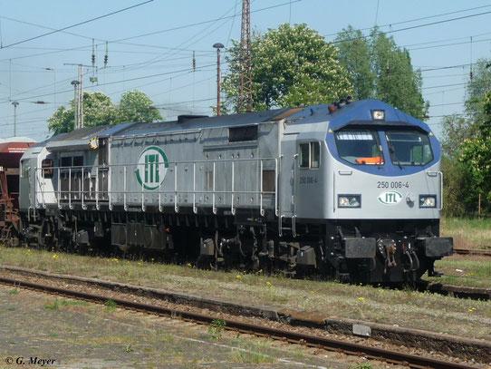 250 006-4 der ITL Eisenbahngesellschaft mbH fährt am 2. Mai 2012 mit Güterzug durch Luth. Wittenberg Hbf.