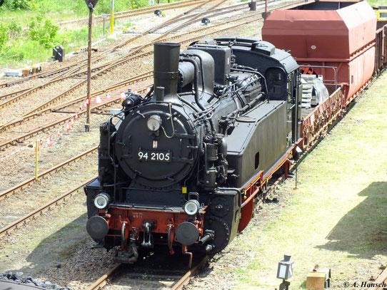 Ein Blick vom Stellwerk des Bw Schwarzenberg auf 94 2105-8. Auffällig sind die Lokschilder ohne Selbstkontrollziffer, wie sie vor 1970 üblich waren (19. Mai 2012)
