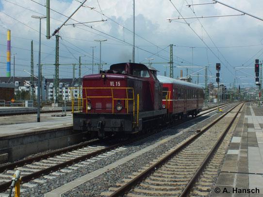 """345 023-6 (Heinrichsmeyer Eisenbahndienstleistungen UG VL 15 """"Gisela"""") fährt mit einem Triebwagen am Haken durch Chemnitz Hbf. gen Zwickau (27. April 2014)"""