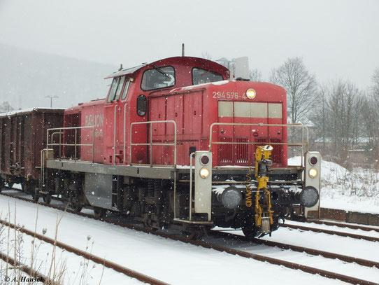 Am 17. Januar 2013 stand 294 576-4 mit Übergabegüterzug im Bahnhof Aue