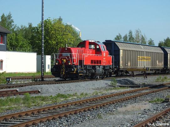 261 065-7 bringt am 16. Mai 2013 die Übergabe zum VW-Werk Chemnitz. Hier verlässt die Fuhre gerade den Chemnitzer Südbahnhof