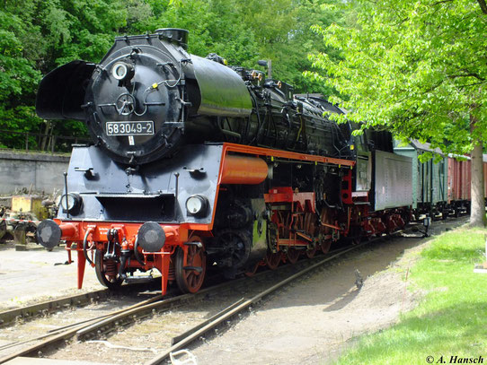 Zum Eisenbahnfest am 19. Mai 2012 steht 58 3049-2 vor einem Güterzug im Bw Schwarzenberg. Hier ist die Lok heute zu Hause