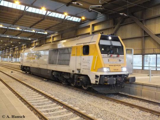 Am 23. Oktober 2013 wartet 264 006-8 (V500.06 der SGL Schienen-Güter-Logistik GmbH) in Chemnitz Hbf. auf Ausfahrt