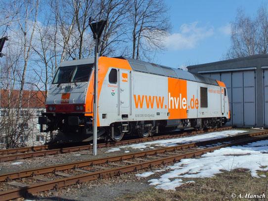 Am 7. April 2013 steht 285 102-0 der hvle vorm Lokschuppen in Chemnitz Küchwald. Am Abend wird sie den Kalkleerzug abtransportieren