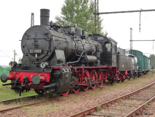 Am 22. August 2009 stand 57 3297 im SEM Chemnitz. Für Fans und Fotografen wurde die G10 vor einer Güterwagengruppe arangiert