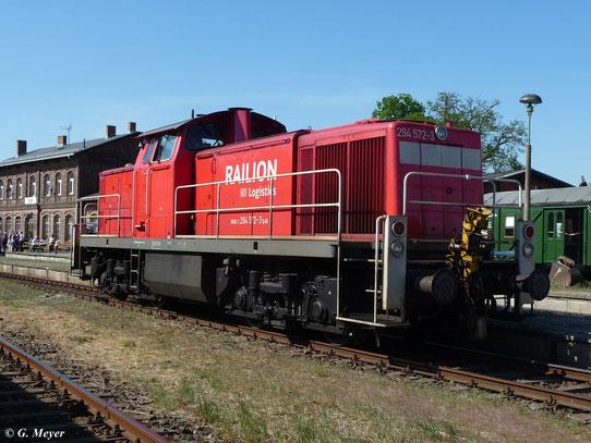294 572-3 steht am 7. Mai 2011 zum Bahnhofsfest in Egeln