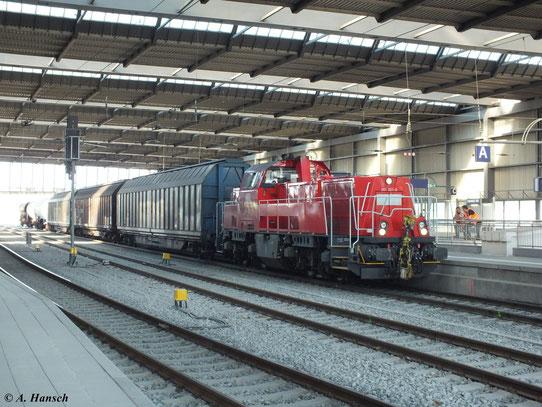 Am 13. August 2012 durchfährt 261 021-0 Chemnitz Hbf. Am Haken hat sie einen gemischten Übergabegüterzug