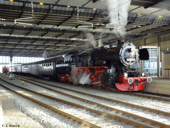 52 8131-6 mit Sonderzug Nossen - Annaberg am 8. Dezember 2012 in Chemnitz Hbf.