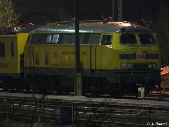 Am Abend des 1. Mai 2013 steht die gelbe 218 392-9 mit einem Gleismesszug im Abstellbereich am AW Chemnitz
