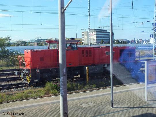 275 111-3, eine G 1206 ist am 29. September 2013 im Bf. Bitterfeld zu sehen. Sie gehört zur Regiobahn Bitterfeld GmbH. Das Foto entstand aus dem Zug heraus