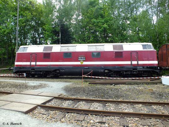 """Hier eine Seitenansicht der 6-achsigen Maschine. Die Baureihe V180 war die größte Diesellokomotive die von der DR gebaut wurde. Daher auch ihr liebevoller Spitzname """"Dicke Babelsbergerin"""""""