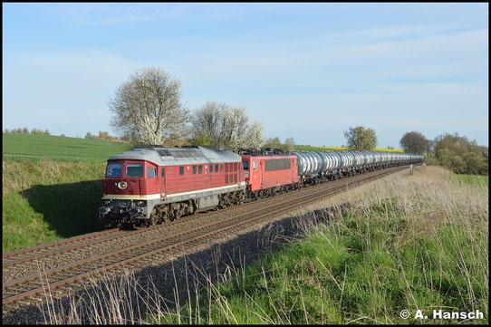 Am 22. April 2016 ist die Lok mit DGS 69117 von Chemnitz-Küchwald nach Hamburg unterwegs. Kurz vor Geithain konnte ich die Fuhre mit Wagenlok 155 078-9 festhalten