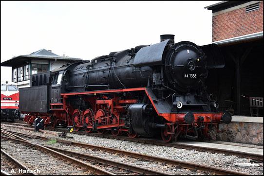 Ein Merkmal der Baureihe 44 sind die besonders hoch sitzenden Witte-Windleitbleche. Sie war die leistungsstärkste Güterzugdampflok der DR (44 1338 am 14. September 2013 im SEM Chemnitz)
