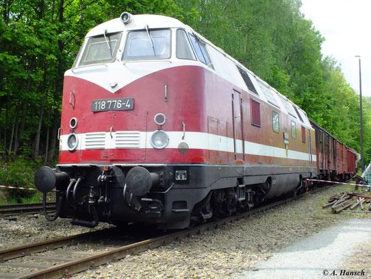 Die heute im Bw Schwarzenberg beheimatete 118 776-4 wurde am 19. Mai 2012 für die Fotografen vor ein paar Güterwaggons gespannt