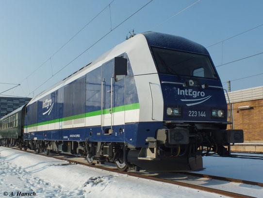 Am 11. Februar 2012 kam aufgrund der extremen Kälte anstelle einer 52er 223 144-7 am Sonderzug von Cottbus nach Schwarzenberg zum Einsatz. Hier steht der Zug in Chemnitz Hbf.