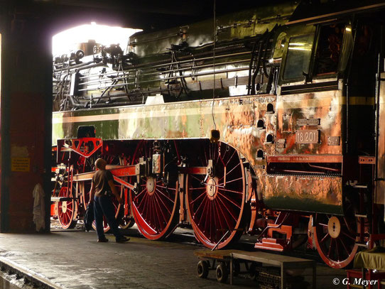 Das Fahrwerk von 18 201 wirkt mit ihren 2,30m Treibrädern gigantisch