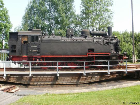 Seitenansicht von 94 2105-8 auf der Drehscheibe ihres Heimat-Bw Schwarzenberg (2. Juni 2011)