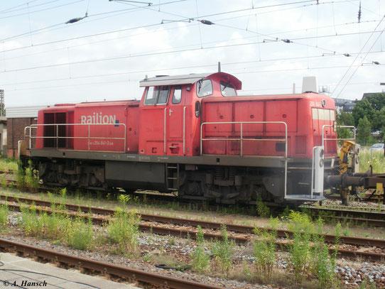 Am 28. Juli 2010 fährt 294 841-2 mit Kesselwagenzug durch Chemnitz Hbf.