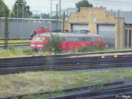 Aus dem Zug heraus entstand dieses Bild von 218 835-7, die kurz vor Leipzig Hbf. an einem Lokschuppen abgestellt ist (14. Juni 2014)