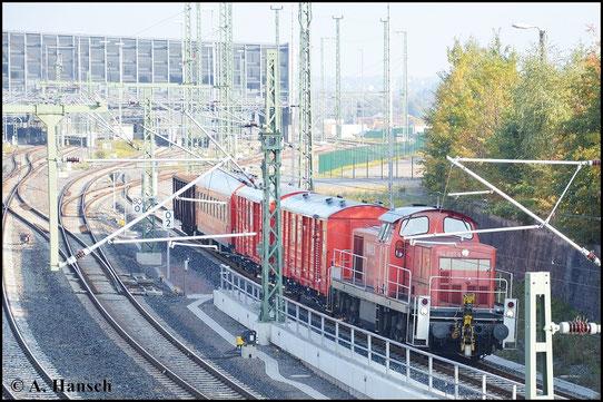 Am 13. Oktober 2015 zieht 294 820-6 den Zwickauer Hilfszug durch Chemnitz Hbf. gen Chemnitz-Süd (Auer Seite). Mit am Zug hängt auch ein leerer Hochbordwagen