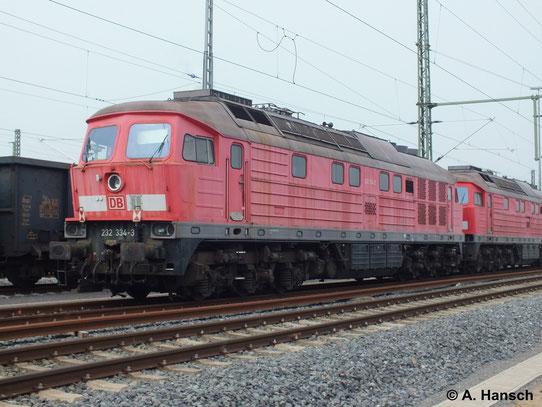 """232 334-3 ist eine von 5 """"Ludmillas"""" die am 31. März 2014 von Saalfeld (Saale) ins AW Chemnitz überführt wurden. Hier steht die Fuhre in Chemnitz Hbf."""