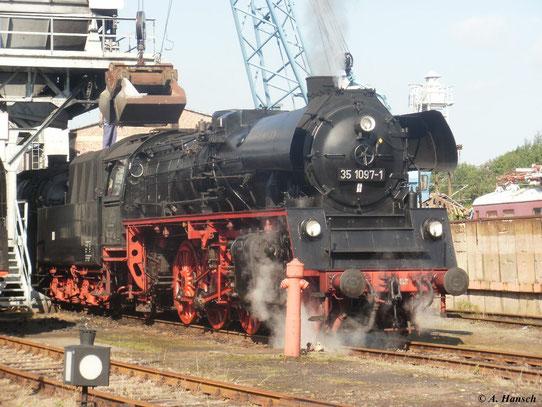 35 1097-1 wird am 20. August 2011 im SEM Chemnitz bekohlt