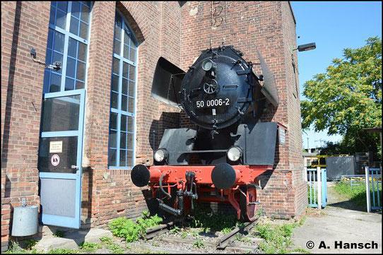 Ein Denkmal angebracht an den Lokschuppen in Halle P. Vor ihrer Rekonstruktion trug die Lok die Nummer 50 2538, danach wurde sie in 50 3591 umgenummert. Nach ihrem Umbau auf Ölfeuerung trug sie die Nummer 50 0006-2. 1986 wurde sie ausgemustert (27.8.2016)
