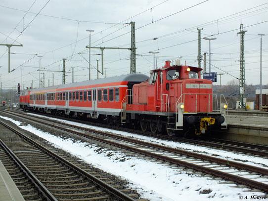 Am 22. Dezember 2012 schleppt 363 188-4 den Sonderzug Chemnitz - Schlettau mit 218 430-7 vom Ausbesserungswerk, wo die Zuggarnitur stationiert ist, in den Chemnitzer Hbf.