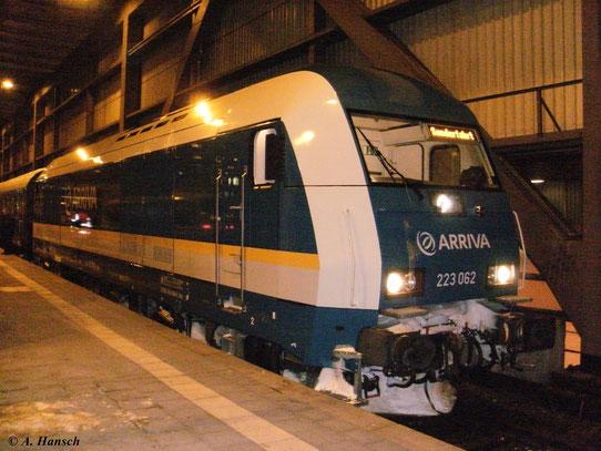Am 13. Februar 2010 zog 223 062-1 den Sonderzug Schwarzenberg - Zittau, der hier in Chemnitz Hbf. steht