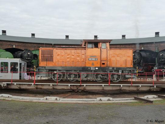 Eine schöne Seitenansicht von 105 992-2 am 16. April 2011 im Bw Staßfurt