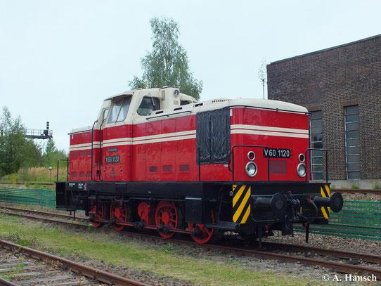 """Ursprünglich waren die Rangierloks nicht orange lackiert, sondern trugen ein beige-rotes Farbkleid. Auch fehlten anfangs die Regenschutzbleche am Führerhaus. Eine Lok des """"Urtyps"""" steht mit V60 1120 im SEM Chemnitz (15. September 2013)"""
