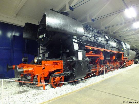 Im eng bemessenen Museumsgang ist eine Seitenansicht der knapp 23m langen Lok schwierig