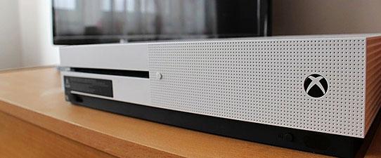 Xbox One S neben Fernseher