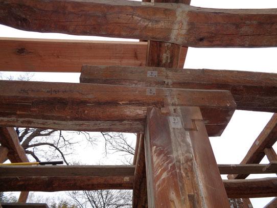 欅の大黒柱の最上部は、他の柱よりも多くの梁が重ね組まれている。