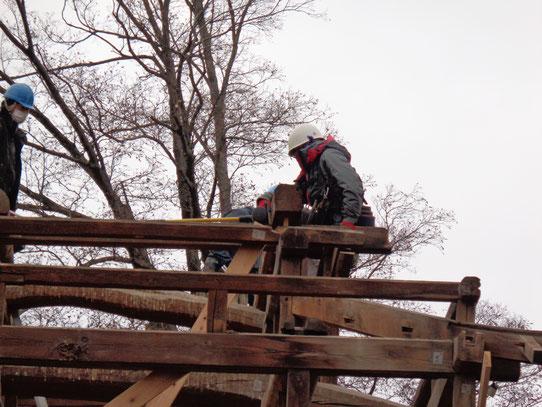 入母屋屋根の隅木部は蓑甲づくりのため、より複雑な木組みになっている。