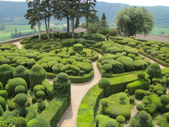 De tuinen van Marqueyssac. Het Italiaanse ontwerp biedt 6 kilometer aan tuinpaden om lekker te kunnen wandelen met prachtige vergezichten aan de oostkant van de tuinen.