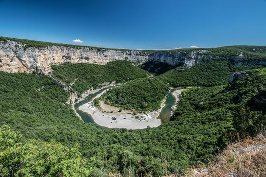 Guide Ardèche : vue sur les méandres de l'Ardèche peuplés de canoës