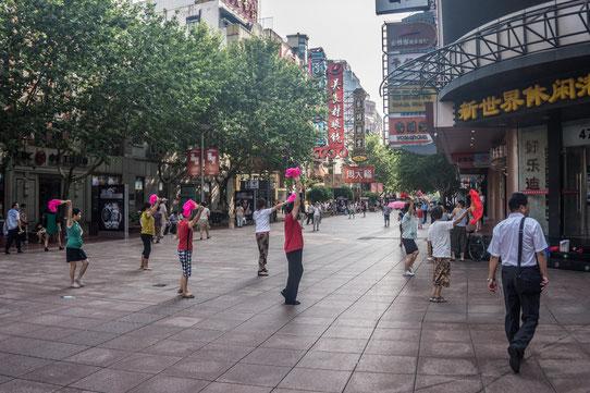 Nanjing street, la rue commercante. Levez vous tôt pour voir les femmes danser et faire du TaiShi