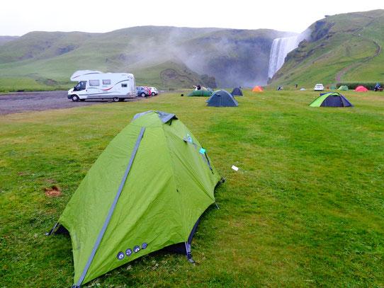 Camper en Islande - Face à la chute de SkogarFoss