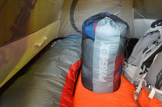 Le duvet Pyrenex dans son sac de stockage! Eh oui il ne faut pas conserver son duvet comprimé dasn son sac de transport. Le sac de stockage est fourni avec la sac de couchage.
