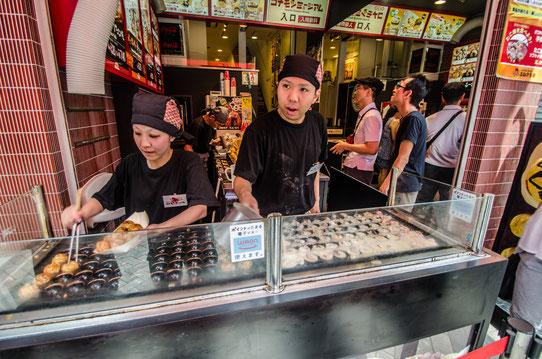 Un stand où l'on peut déguster des Takoyaki