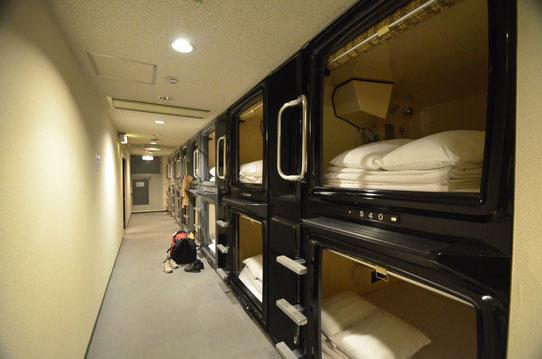 Nuit insolite dans un capsule hotel