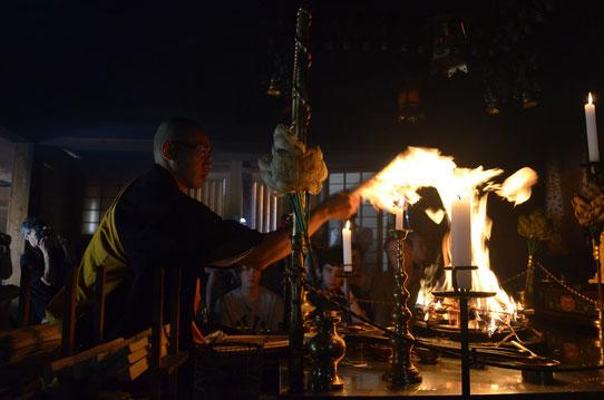 Cérémonie du feu au temple Eko-In à Koyasan au Japon