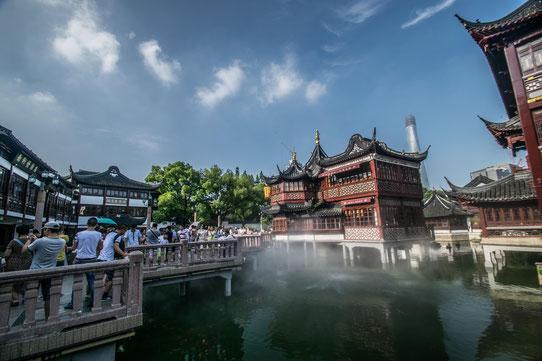 Dans les vieux quartiers de Shanghai. Cela fait penser à Disneyland mais c'est authentique !