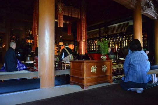 Céréminie religieuse au temple Eko-In au Japon