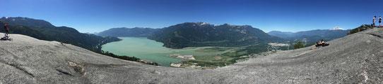 Vue panoramique depuis le sommet du Chief à Squamish, Canada