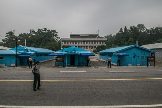 Frontière entre le Nord et le Sud de la Corée ! Ici c'est le Sud. Au milieu des batîments bleus, c'est la frontière.